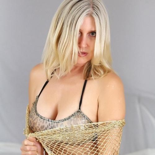 Jolie cougar blonde